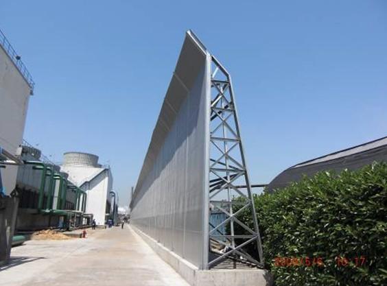 图2 上海某丙烯酸有限公司大型隔声吸声屏障实景照片